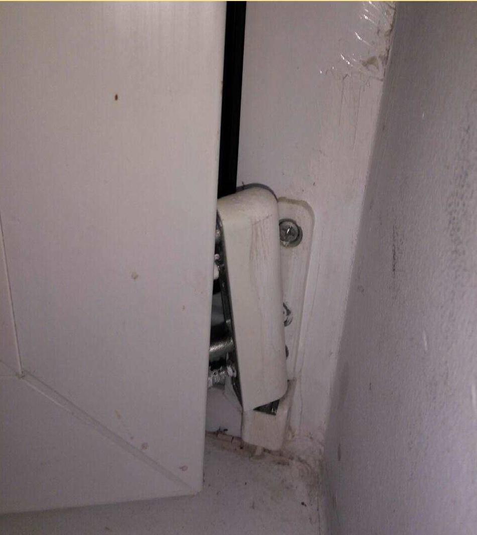 ремонт петли балконной двери