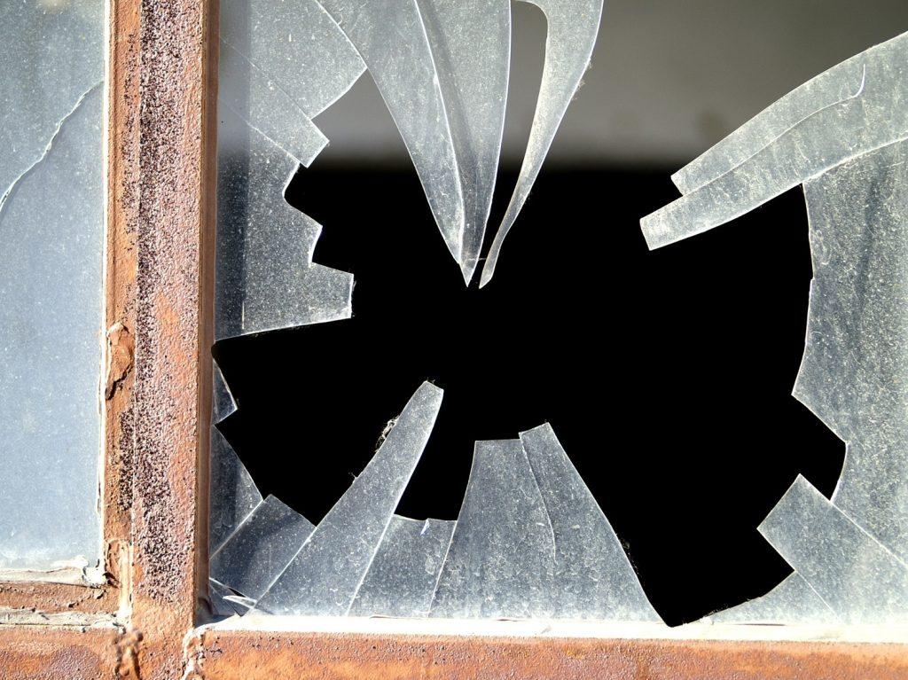 рпазбитое стекло в старом окне