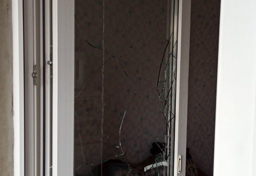 разбитая балконная дверь
