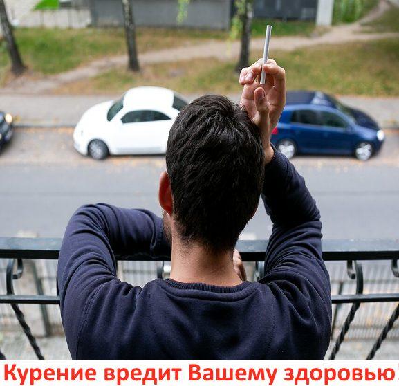 человек стоит на балконе